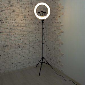 Кольцевая-лампа-45-см-в-помещении